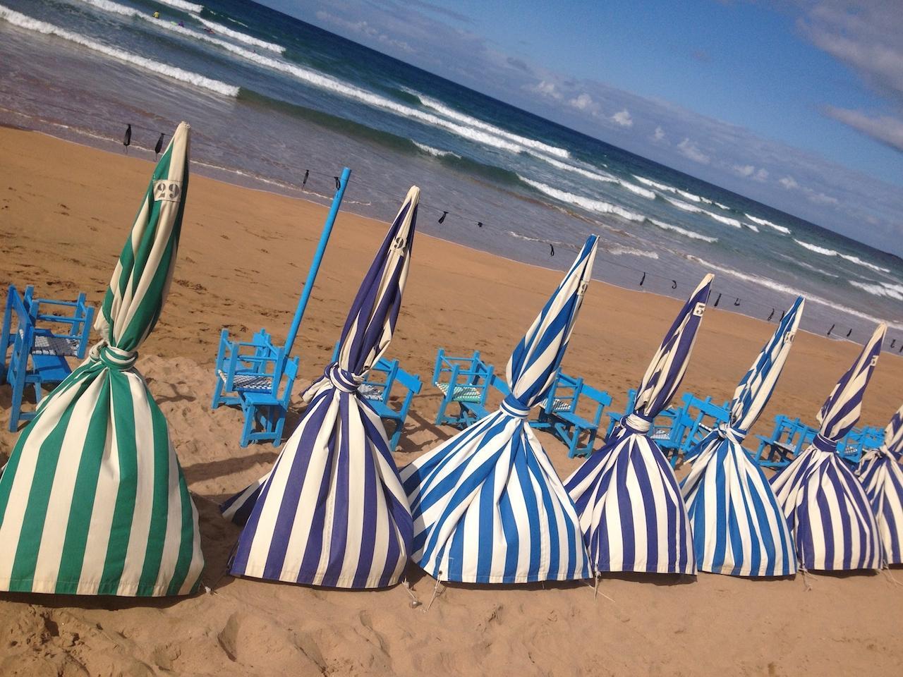 Côte basque espagnole ZARAUTZ parasols retro
