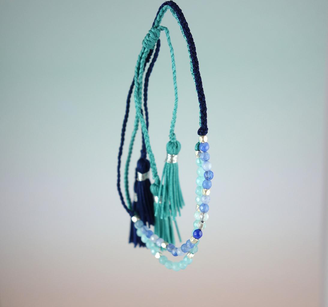 Bracelet Agathe fil de soie pierres semi precieuses bleues perles d'argent ajustable