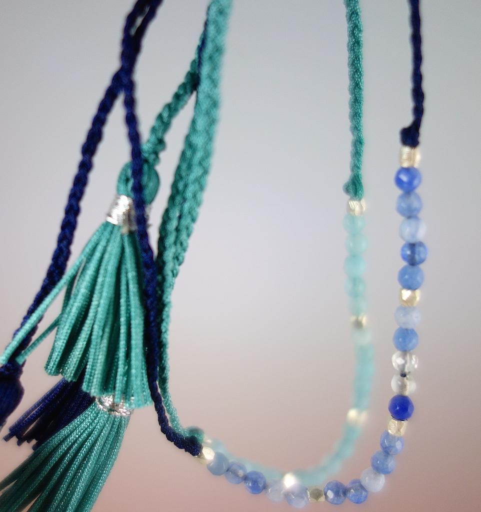 Bracelet Agathe Macro fil de soie pierres semi precieuses bleues perles d'argent ajustable