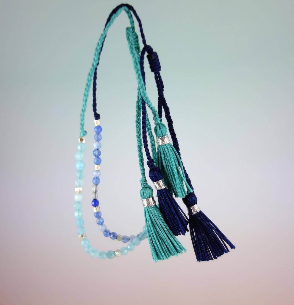 Bracelet Agathe photo fil de soie pierres semi precieuses bleues perles d'argent ajustable