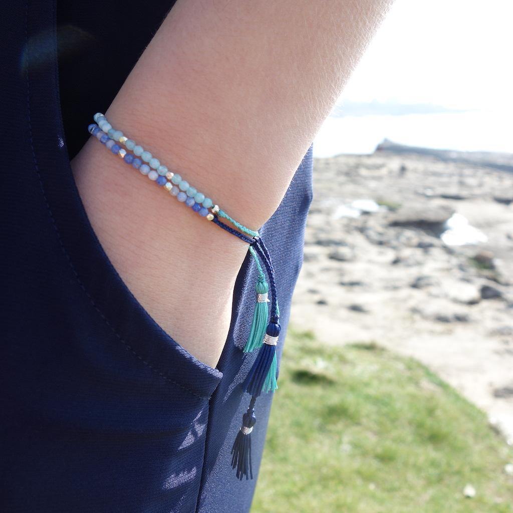 Bracelet Agathe porté fil de soie pierres semi precieuses bleues perles d'argent ajustable