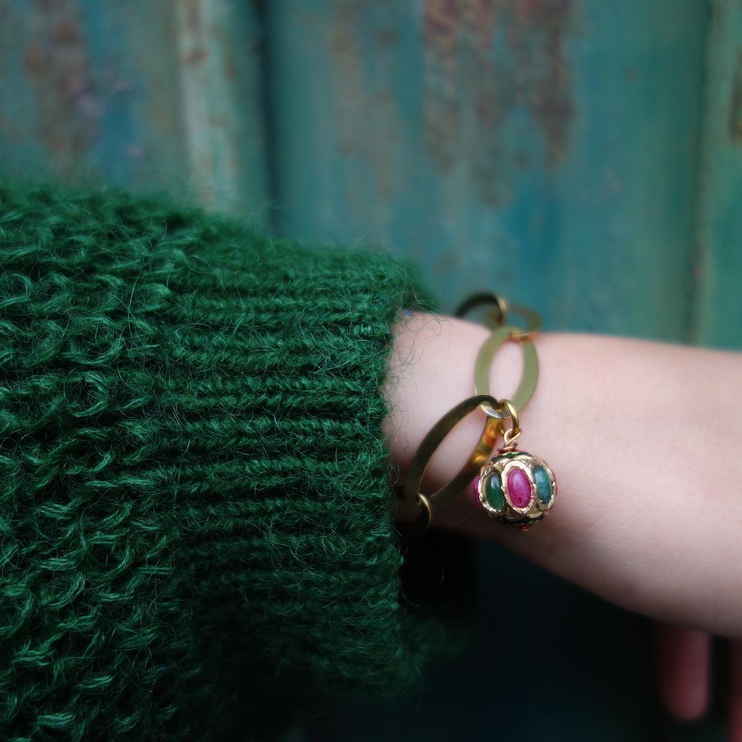 bracelet_gourmette_indira_laiton-dore-vintage_perle_indienne_mannequin