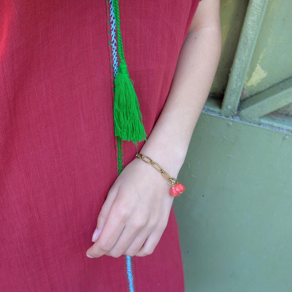 Bracelet gourmette Pondichery laiton vieil or porté fleur de corail esprit vintage