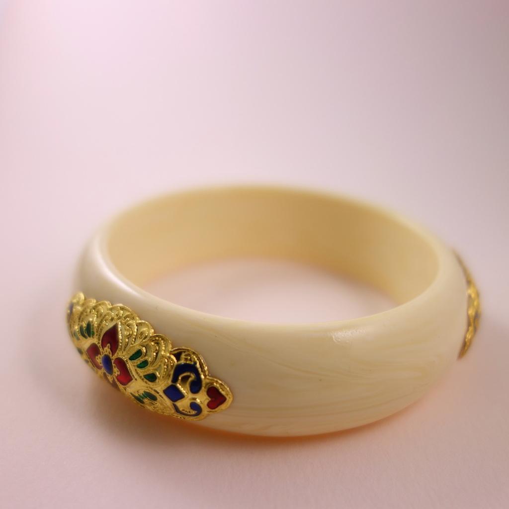 Bracelet jonc bouddhiste Siam décoré en résine ivoire
