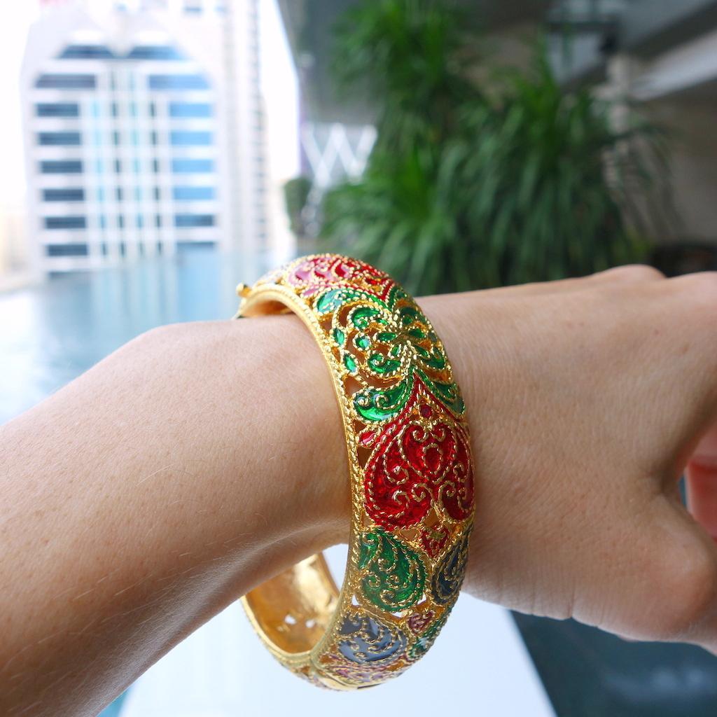 Bracelet jonc Saphan or ouvragé bord piscine Bangkok