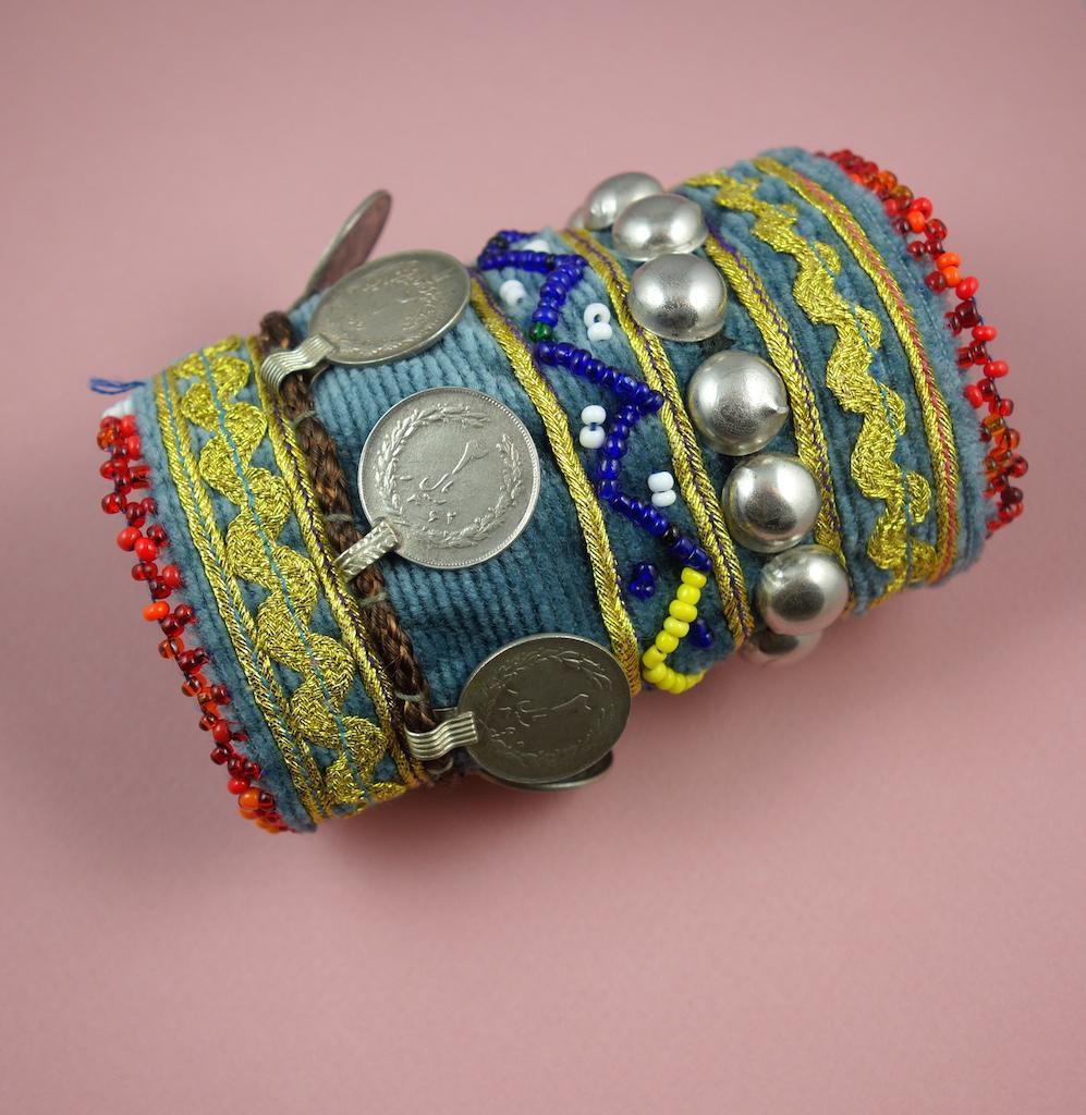 Bracelet manchette Matahari velours brodé main pièces de monnaie vintage bleu