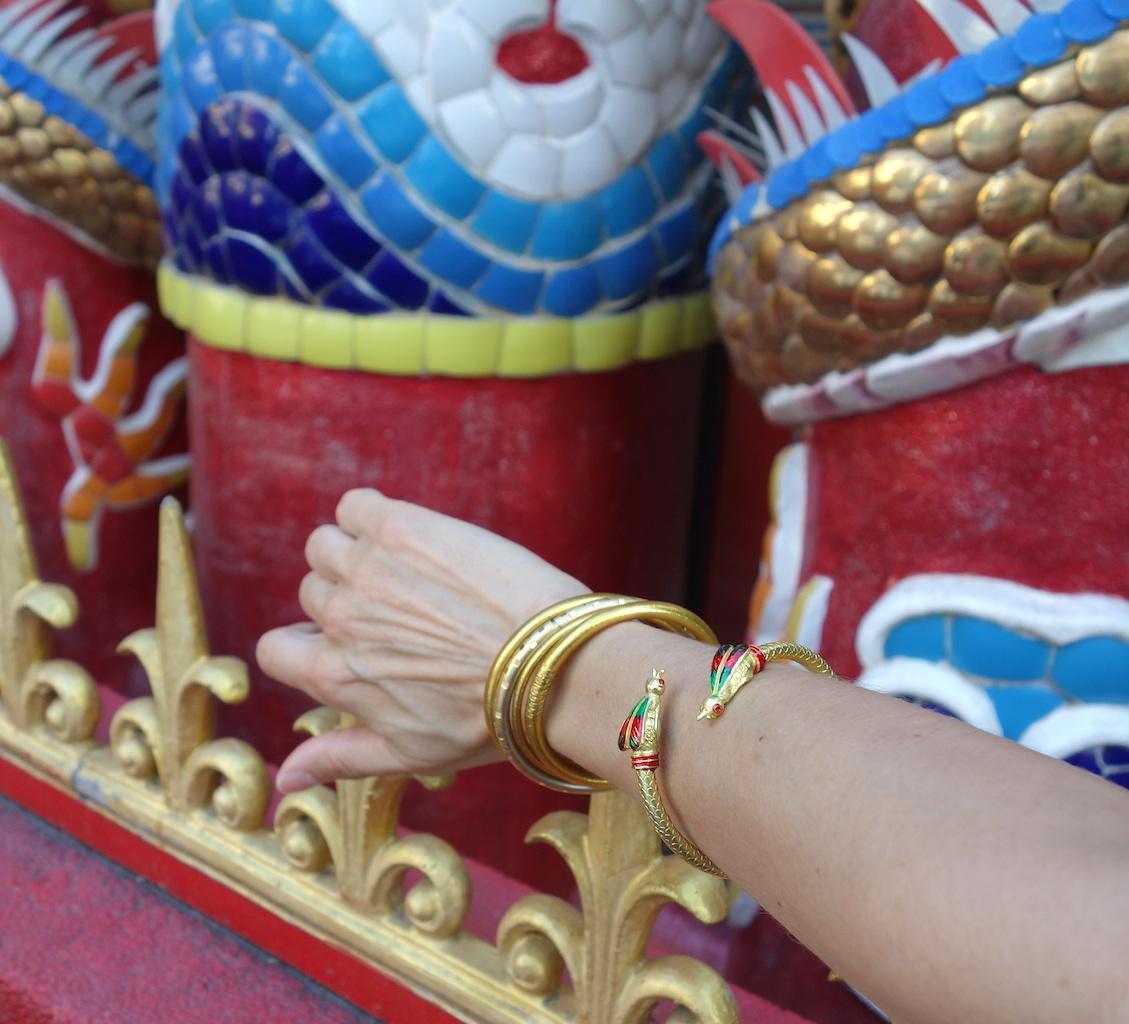 Bracelet Saba porté avant bras doré temple articulé abeilles