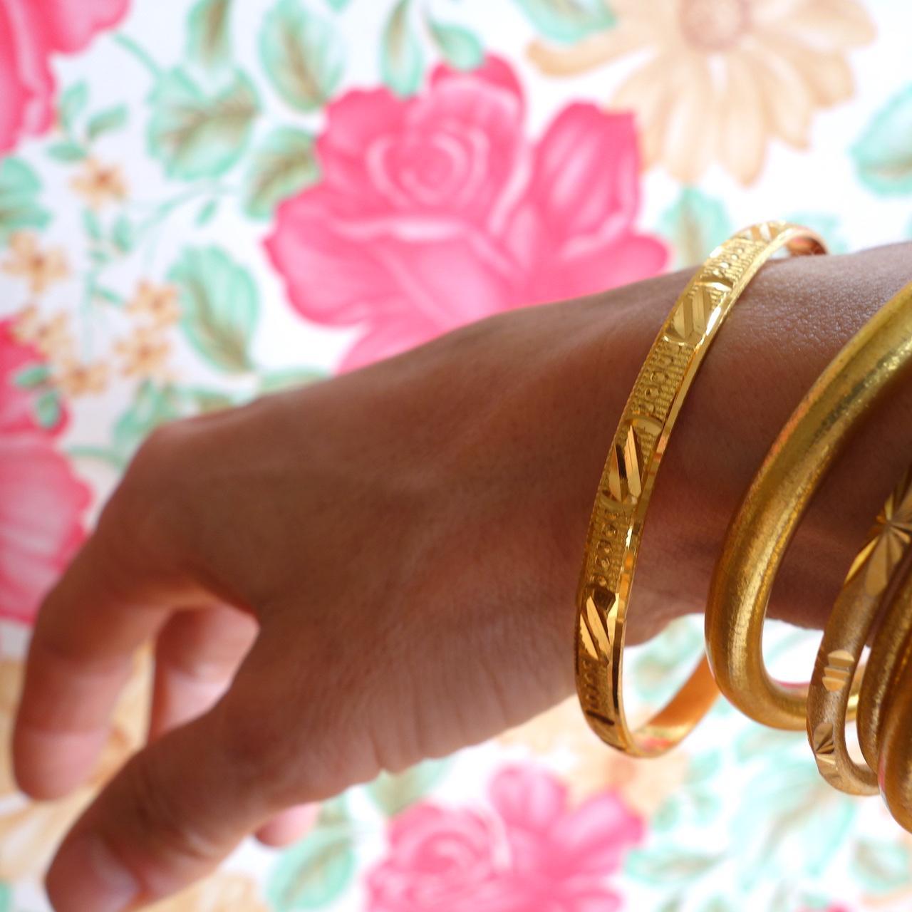 bracelet-oriane-roulotte-laiton-dore-ouvrage-martele-facon-vintage-retro-voyageur-photo-mannequin.