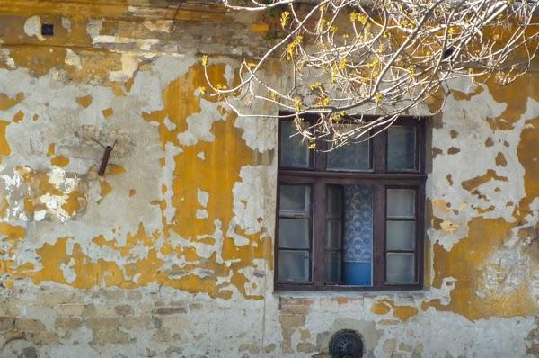 Budapest_facade_decrepie_jaune