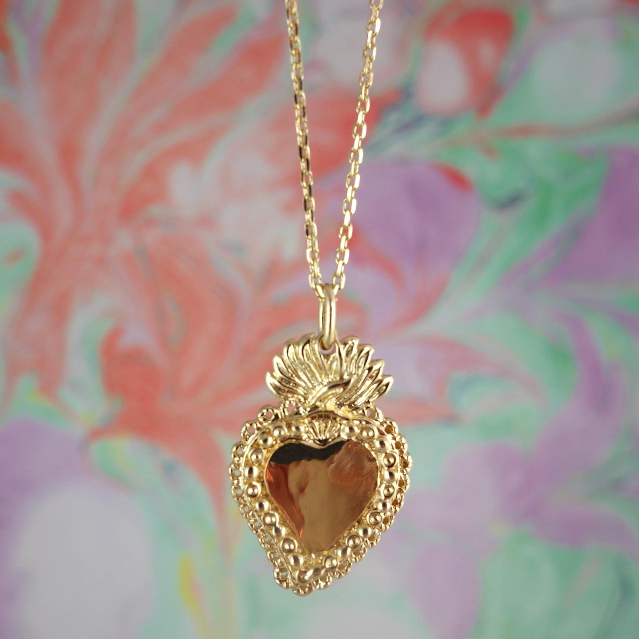 collier-aimee-roulotte-coeur-exvoto-passion-grigri-talisman-amour-romance-plaque-or-photo-macro.