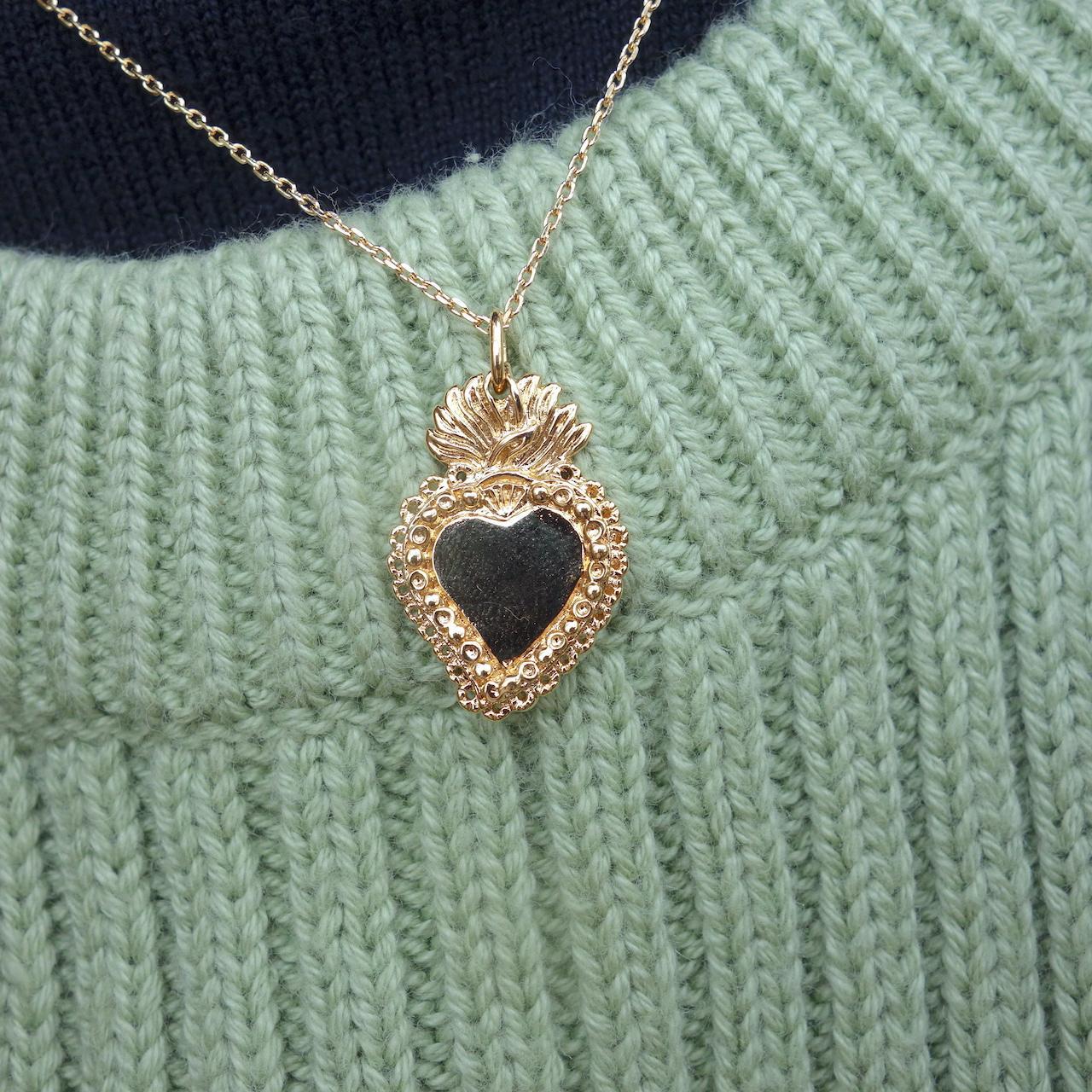collier-aimee-roulotte-coeur-ex-voto-passion-grigri-talisman-amour-romance-plaque-or-photo-mannequin-gros-plan