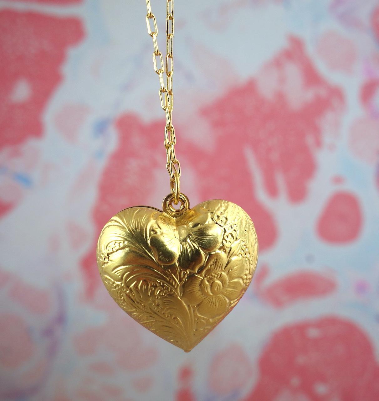 Collier-sautoir-saskia-roulotte-dore-or-fin-retro-vintage-ouvrage-amour-coeur-precieux-photo-macro.