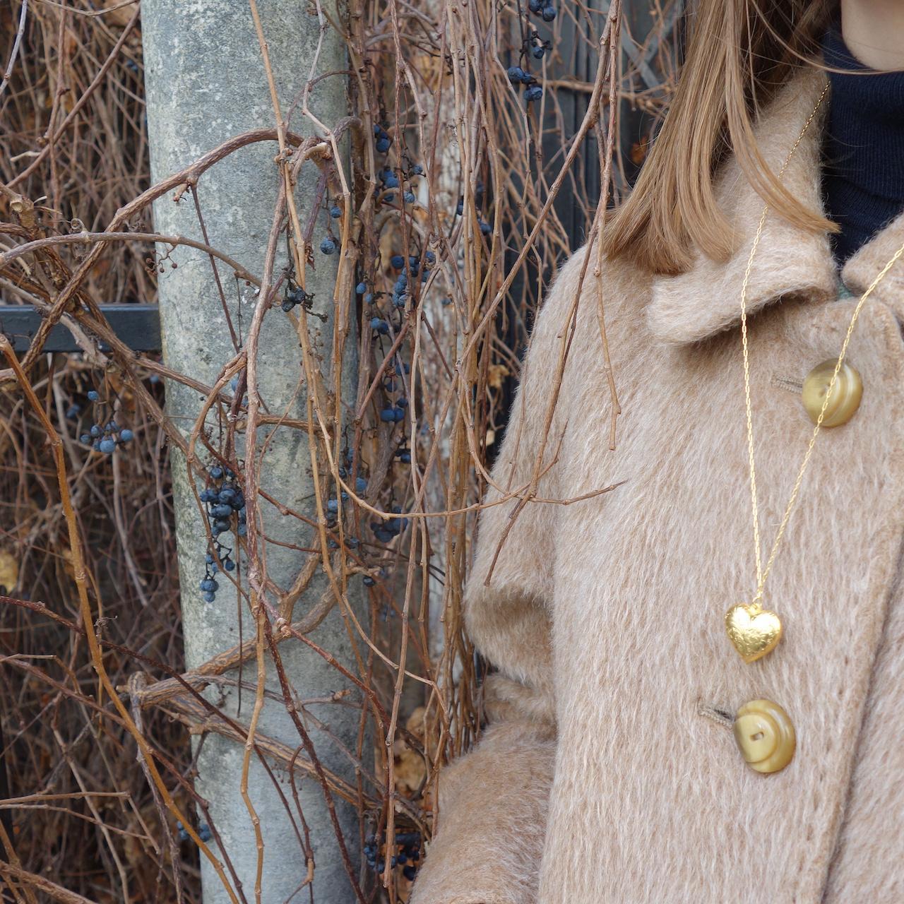 Collier-sautoir-saskia-roulotte-dore-or-fin-retro-vintage-ouvrage-amour-coeur-precieux-photo-mannequin