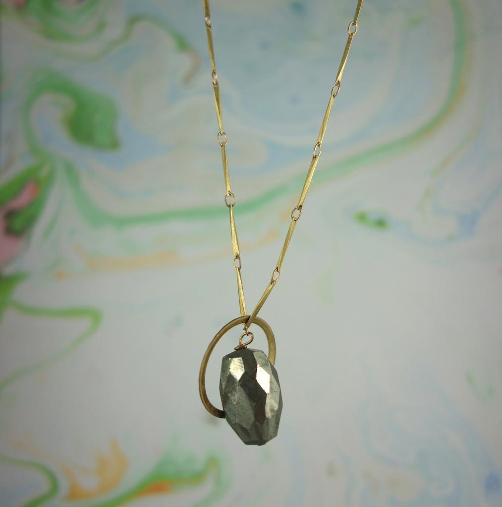 Collier Biarritz laiton vieil or pyrite cercle graphique vintage