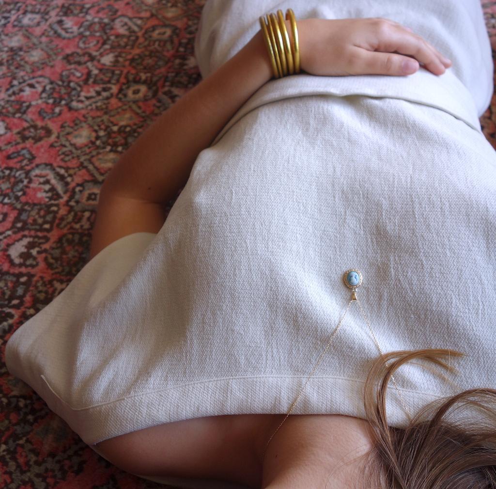 collier_blanche_roulotte_plaque_or_came_pastel_style_retro_vintage_mannequin