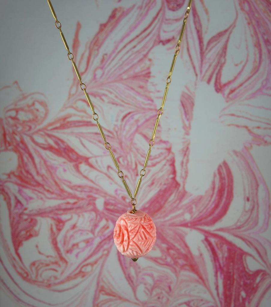 Collier Rose vintage laiton vieil or boule de fleur couleur corail poétique