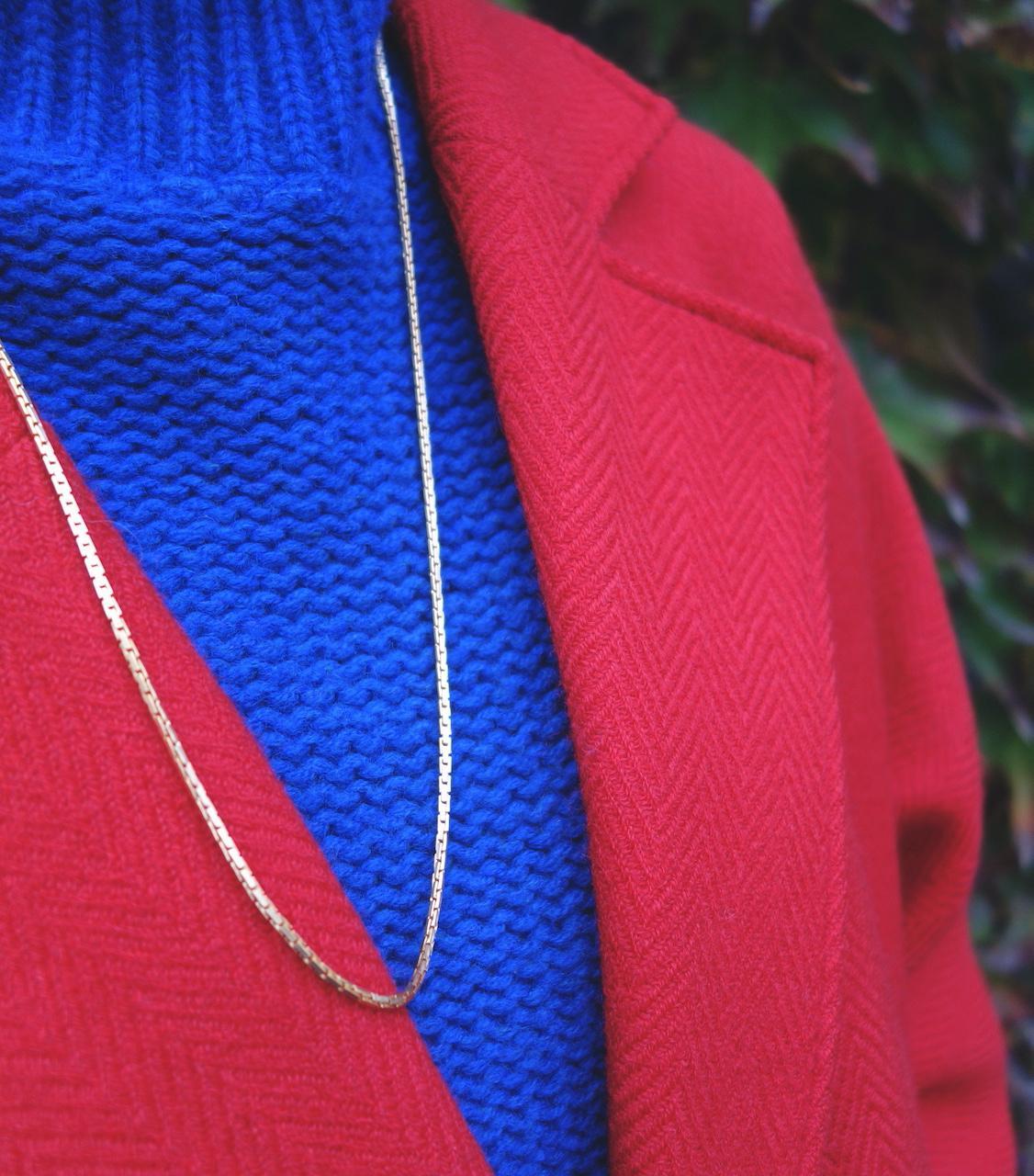 long_collier_sautoir_rebecca_roulotte_chaine_serpent_esprit_vintage_intemporel_laiton_dore_or_fin_photo_mannequin