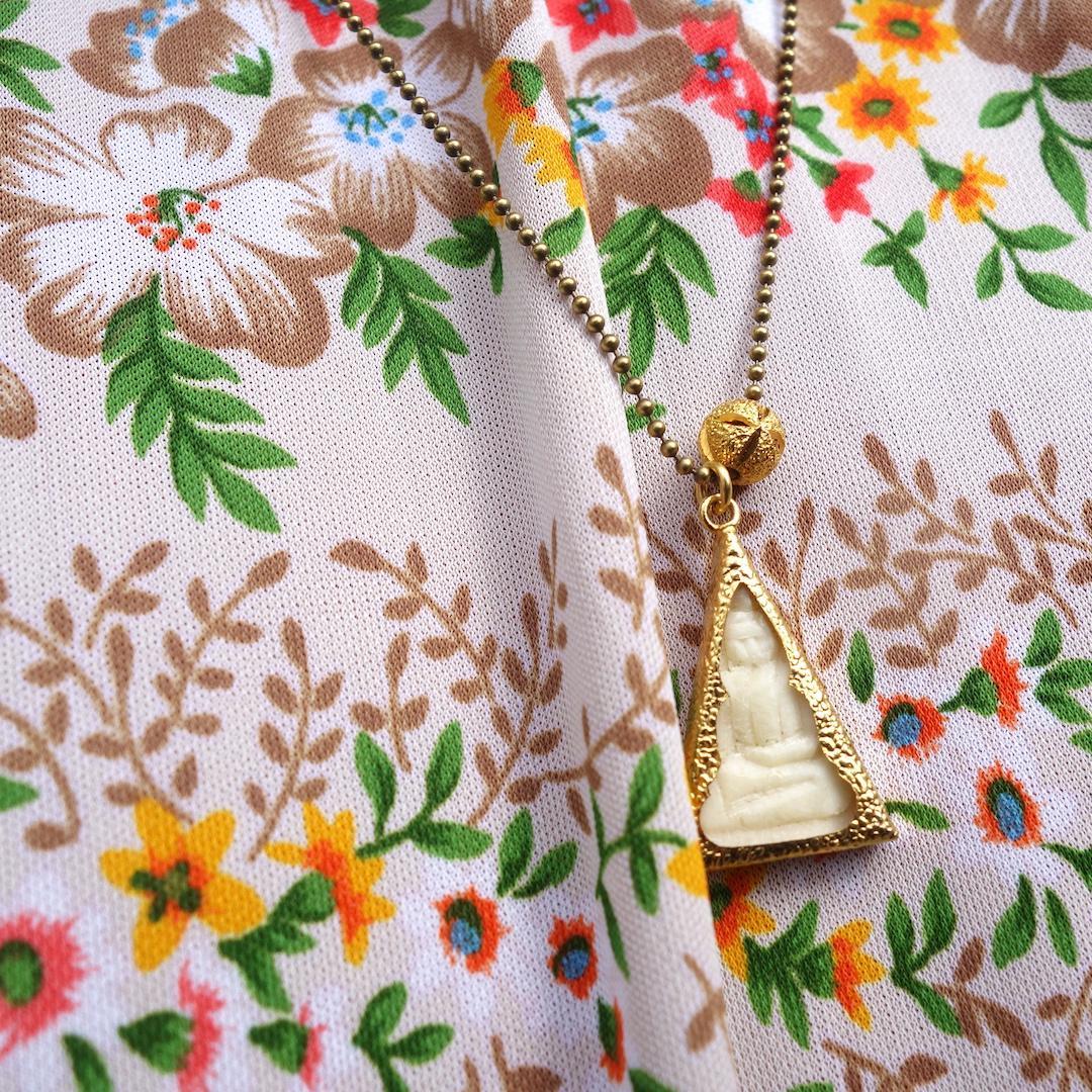 macro-collier-roulotte-bouddha-laiton-perle-or-plaque-chaine-boules-thailande-talisman